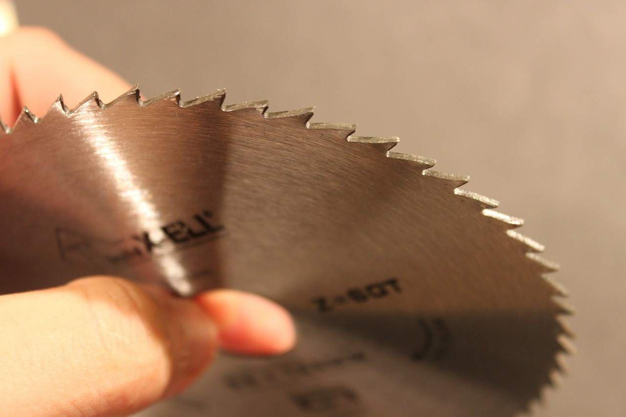 Circular saw in hands (it doesn't work like this)